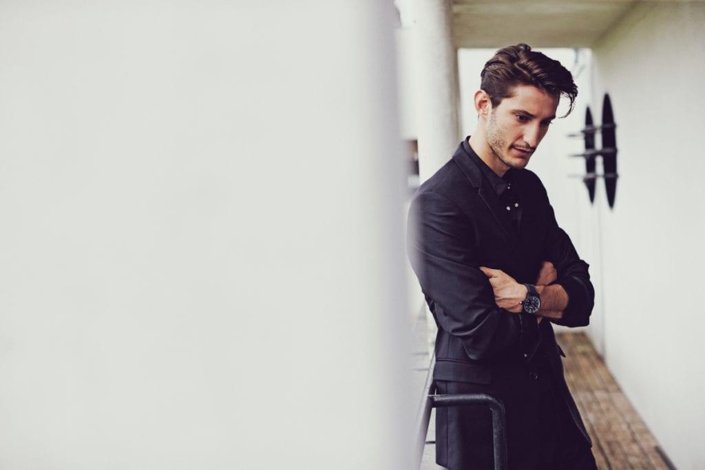Costume Dior Homme, montre Montblanc.