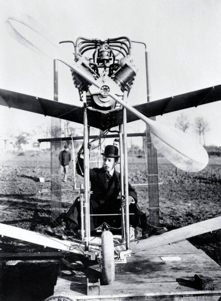 Ci-contre, Alberto Santos-Dumont, alias le « Brésilien volant », fut un pionnier de l'aéronautique et de l'horlogerie en recevant, en 1907, de son ami Louis Cartier une montre fixée sur un bracelet pour qu'il puisse consulter sans lacher les commandes de sa « Demoiselle ».