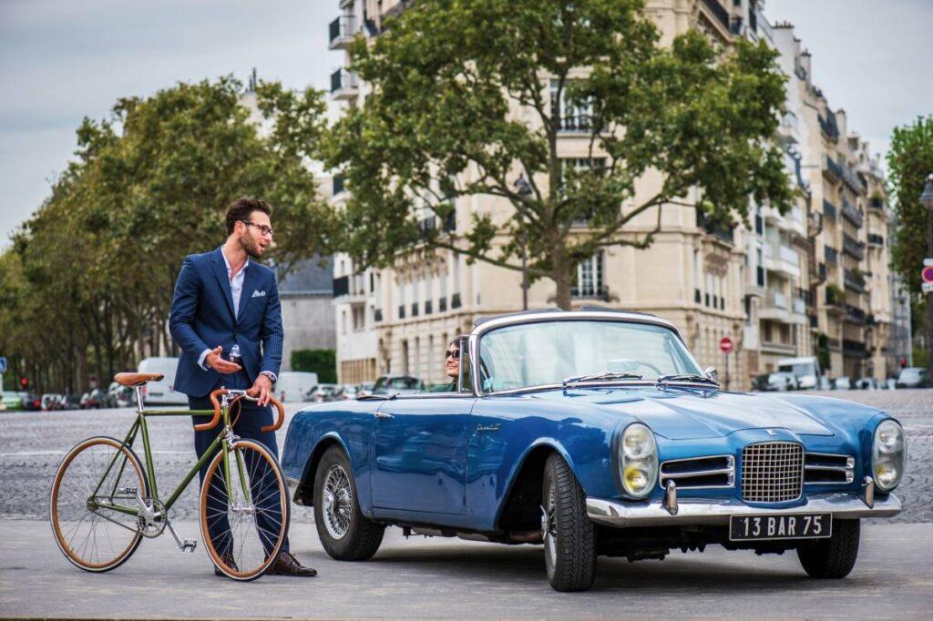 Depuis 4 générations, Tamboite appréhende le vélo comme une oeuvre d'art. Ici, le modèle Marcel, un mono vitesse issu de la ligne sport avec jantes en hêtre renforcé de carbone. À côté du cabriolet Facel-Vega des années 60, il incarne à la perfection l'élégance parisienne. Dans Paris, à vélo, on dépasse les autos…