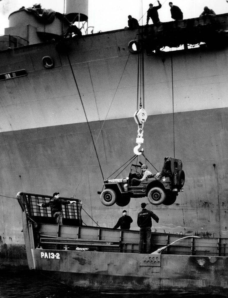 La Jeep arrive en Europe en 1944. Plus de 45 000 exemplaires du véhicule léger tout-terrain sont débarqués entre les plages de Normandie et de Provence.
