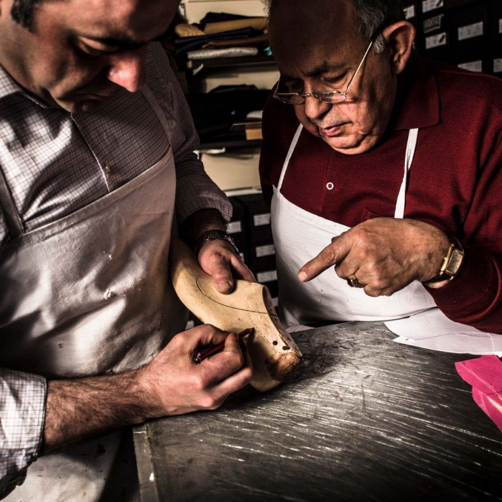 Sukru (le père à droite) a transmis son savoir-faire à Altan (le fils, à gauche). Ce dernier propose un prêt-à-chausser très bottier avec patines à personnaliser.