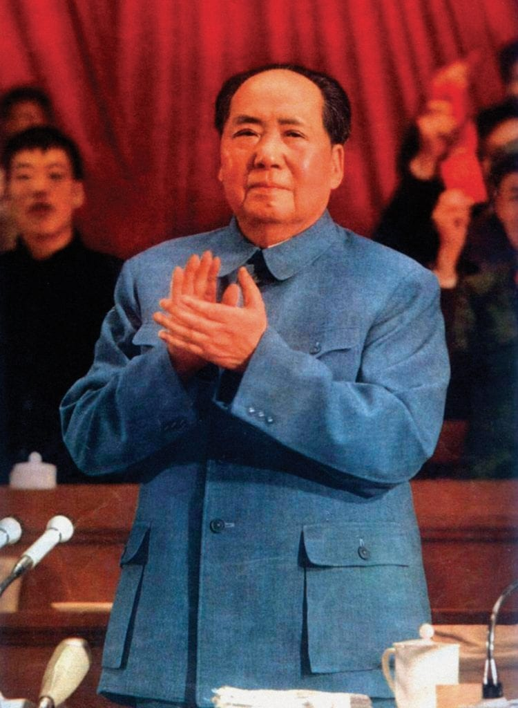 Mao, lui, inventa le costume décliné du bleu de travail comme Staline : un point commun entre dictateurs communistes.
