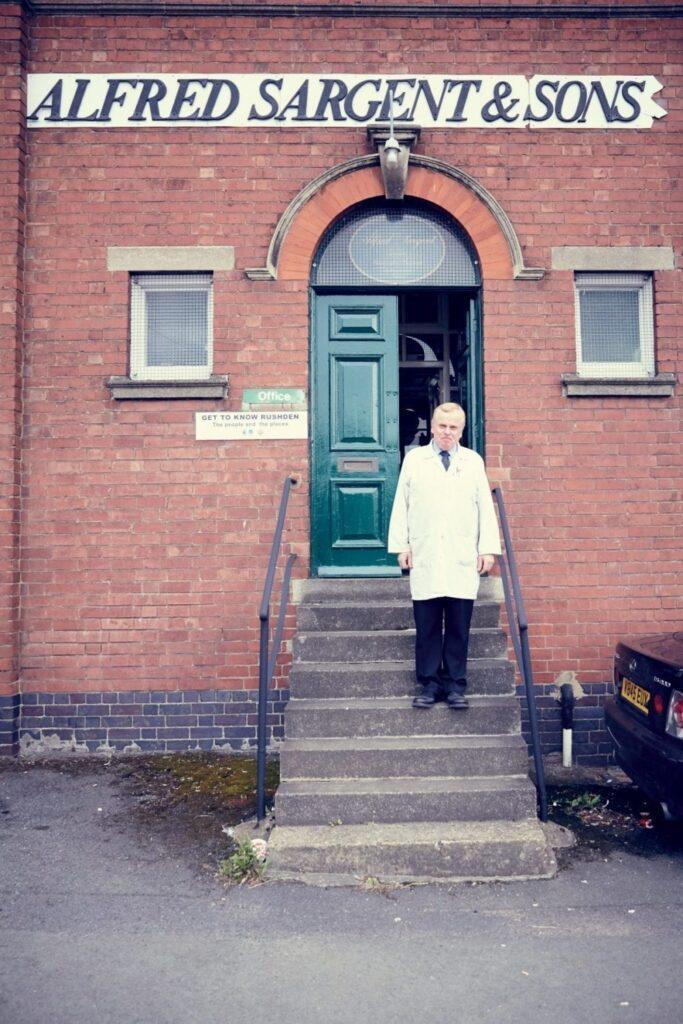 Paul Sargent, encore responsable de la fabrication dans sa manufacture située à Rushden dans le Northamptonshire.