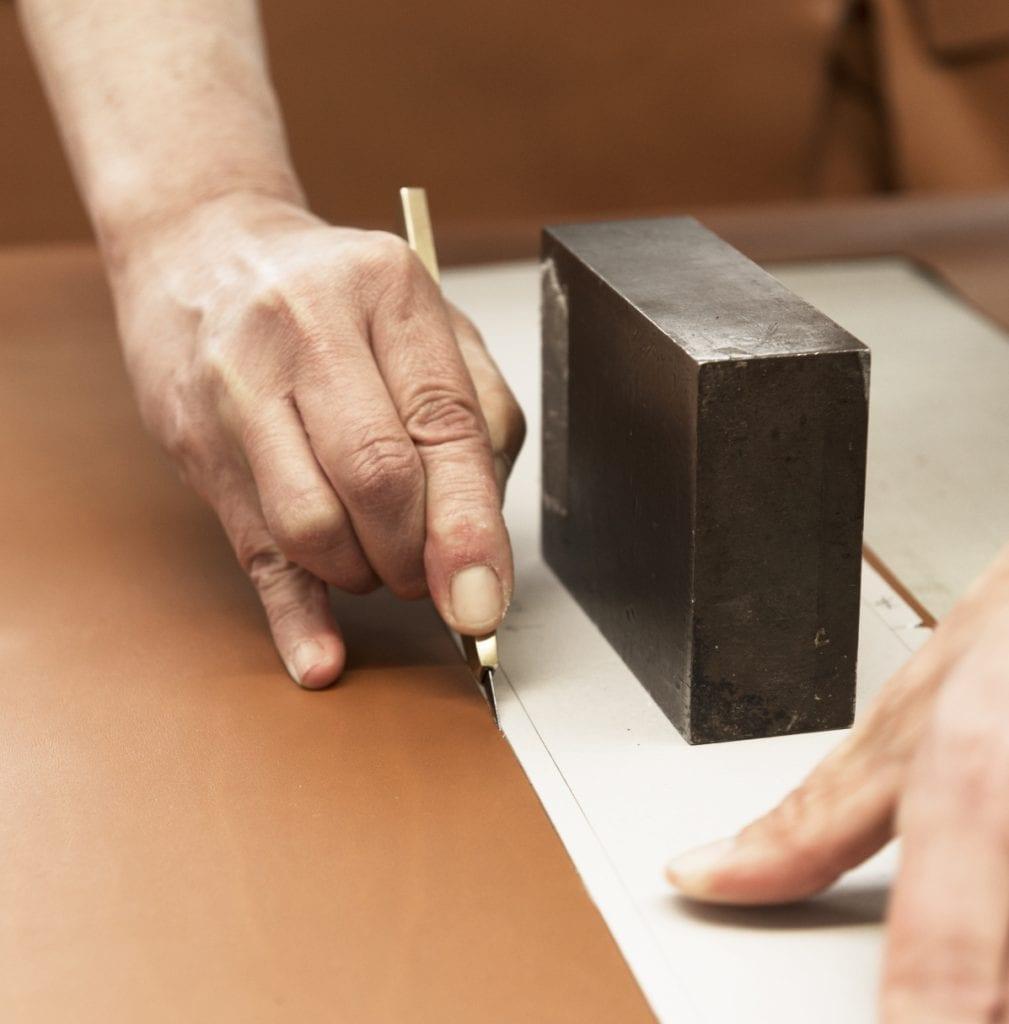 De l'intérieur d'une Aston Martin à la selle d'un fixie, le cuir est le premier métier de l'atelier mesure.