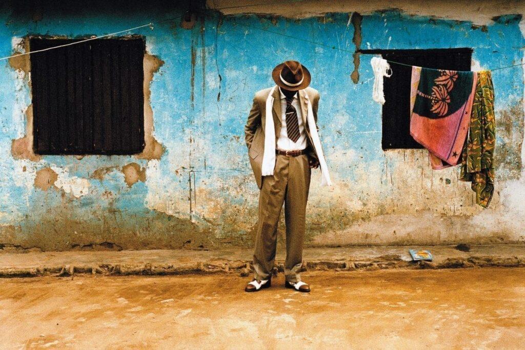 Chez les sapeurs congolais, le vêtement, la « sape » est plus qu'une passion, c'est une religion. Ci-dessus, Bienvenue Mouzieto dans une de ses poses préférées devant sa maison de Brazzaville. Photos © Héctor Mediavilla/Picturetank