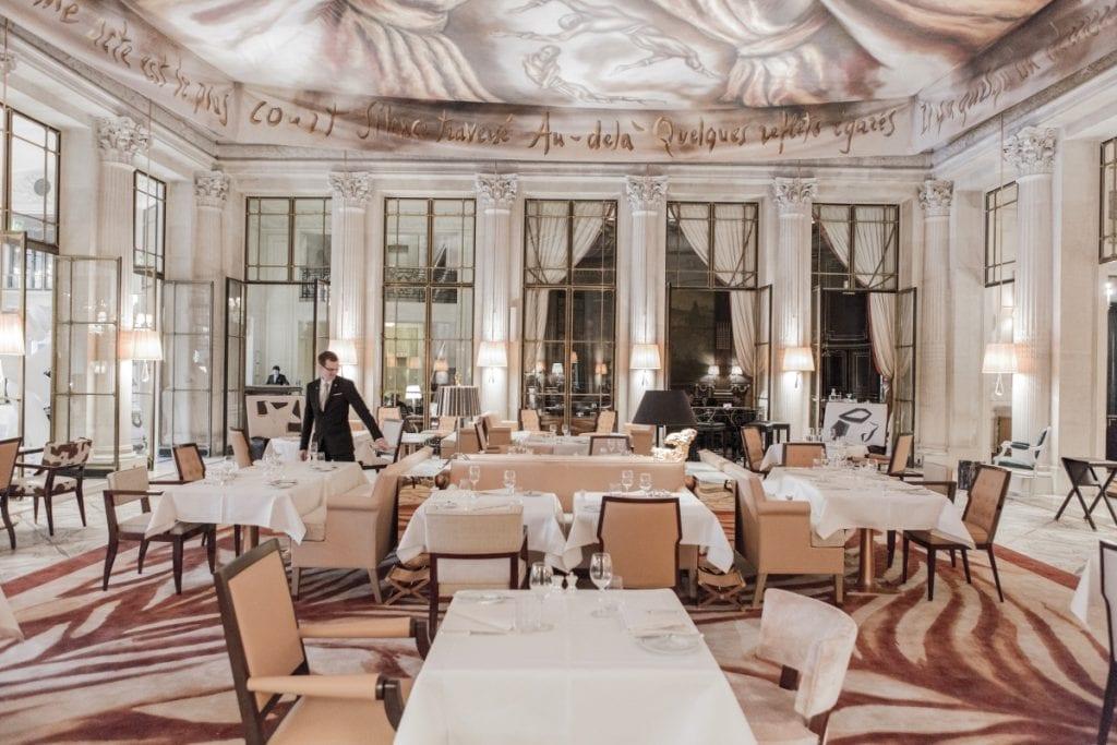 Le Dali est le coeur du Meurice, il est selon les heures un lieu de rendez-vous, un restaurant (excellent), un salon de thé. Son décor réalisé par Philippe Starck fait le lien entre le XIXe et le XXIe siècle avec un sens du raffinement qui procure un bien-être absolu.