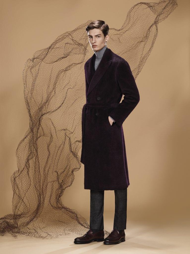 Manteau double boutonnage en alpaga et laine effet velours, veste en cachemire de soie, pantalon à motif prince de galles en laine, col roulé en cachemire, mocassins en veau poli, cousu goodyear, Le tout Canali.