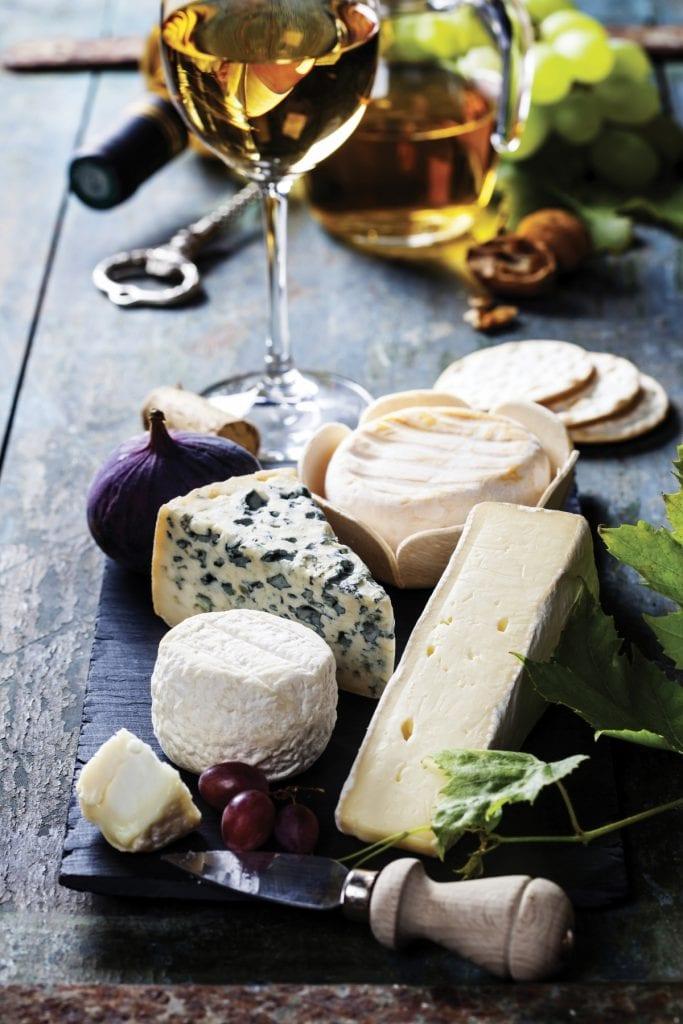 Chablis Grand Cru, Chassagne-Montrachet, Joseph Mellot… Le vin blanc est désormais l'allié incontournable du fromage.