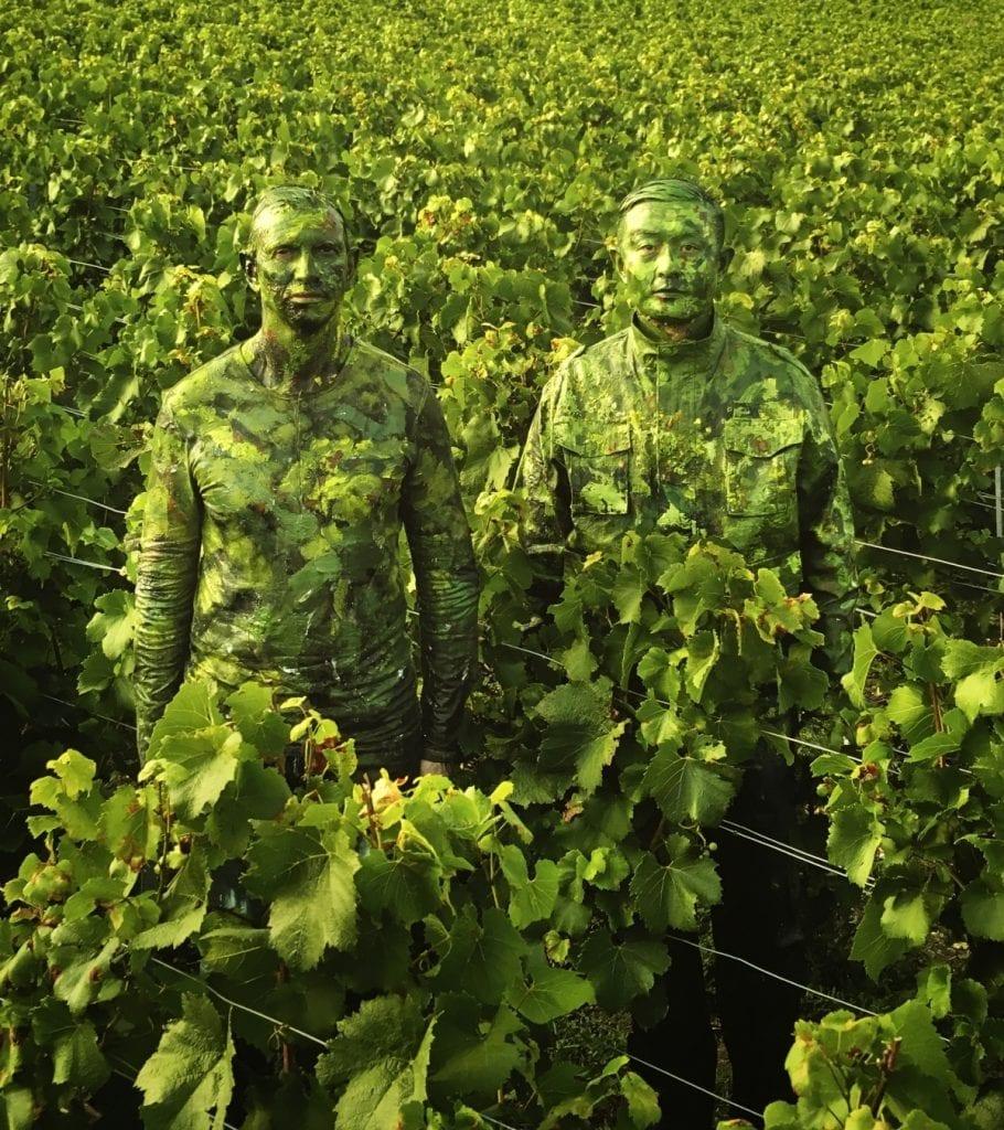 Liu Bolin et le Maître de cave en mode camouflage au milieu des vignes Ruinart.