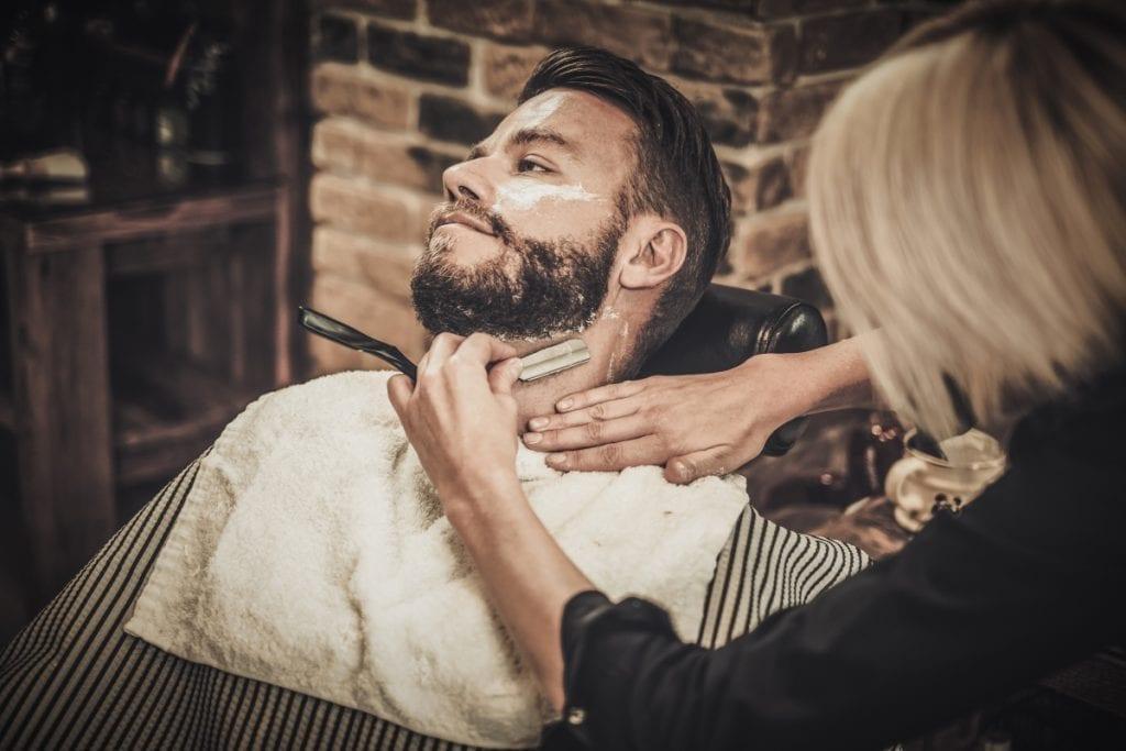 L'utilisation d'un sabre offre le rasage le plus efficace tout en supprimant poils incarnés, boutons et rougeurs.