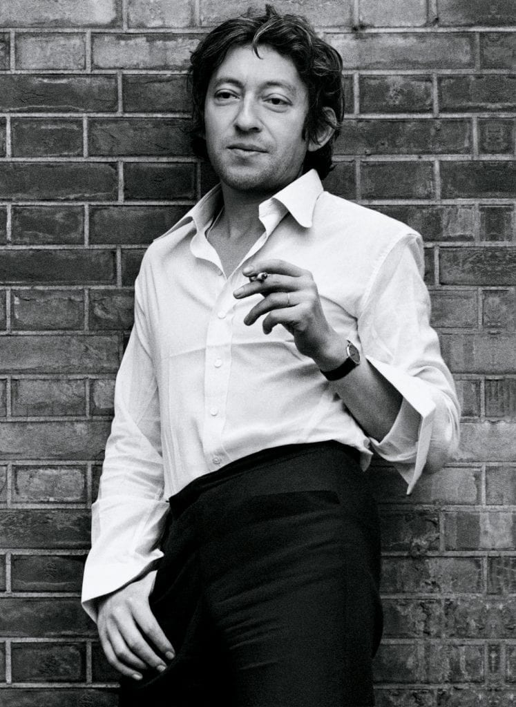 Chemise largement ouverte, poignets non boutonnés en 1970, Gainsbourg arbore déjà tous les codes des dandys cool des années 2000, devant l'objectif de Claude Gassian.
