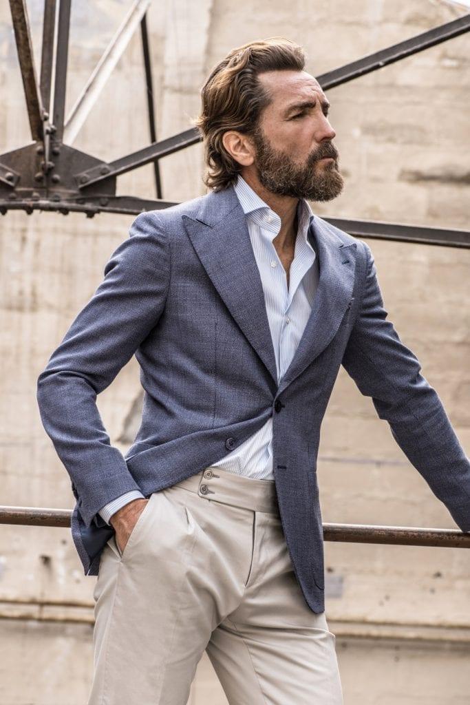 Veste en laine hopsack bleu semi-entoilée et pantalon gris glacé, collection capsule Soragna, <em>made in Italy</em>.