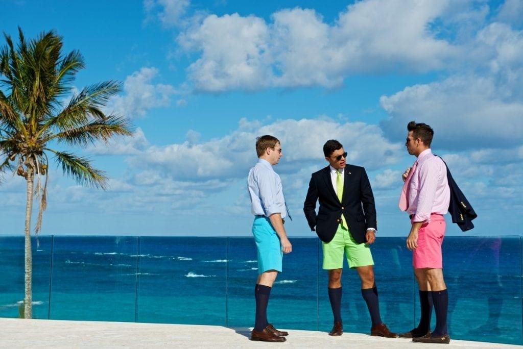 Les businessmen bermudiens ont conservé la tenue des colons anglais du XIXe siècle. Seul variante: le bermuda, désormais de couleur flashy. Ici, ceux de la maison TABS, les authentiques bermudas fabriqués aux Bermudes.