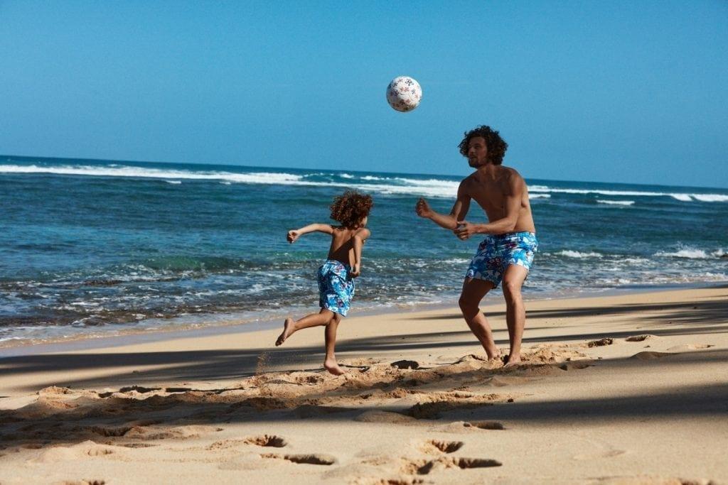"""<a href=""""https://www.vilebrequin.com/eu/fr/home"""" target=""""_blank"""">Vilebrequin</a> propose le maillot de bain officiel des amoureux du ballon rond, Soccer Turtles, un motif où se côtoient tortues et poulpes !"""