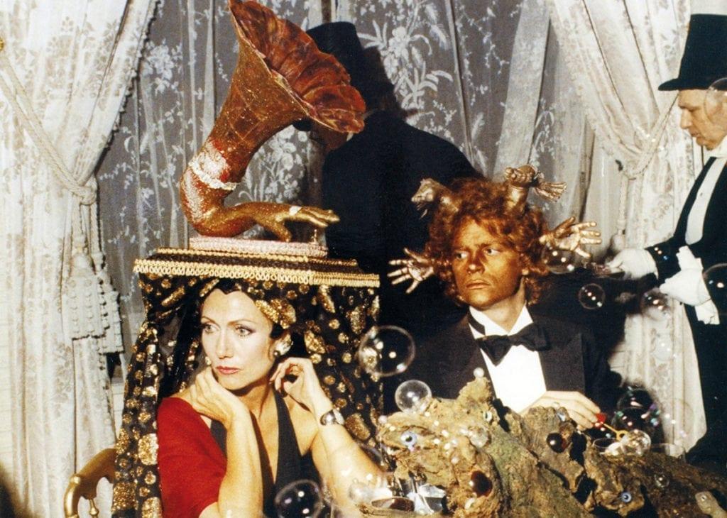 Hélène Rochas et François-Marie Banier au Dîner de Têtes Surréalistes chez les Rothschild, 1971.