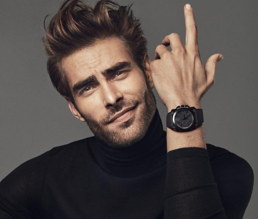 Fidèle à la maison italienne Bulgari, l'acteur et mannequin Jon Kortajarena porte l'Octo L'Originale Chronographe.