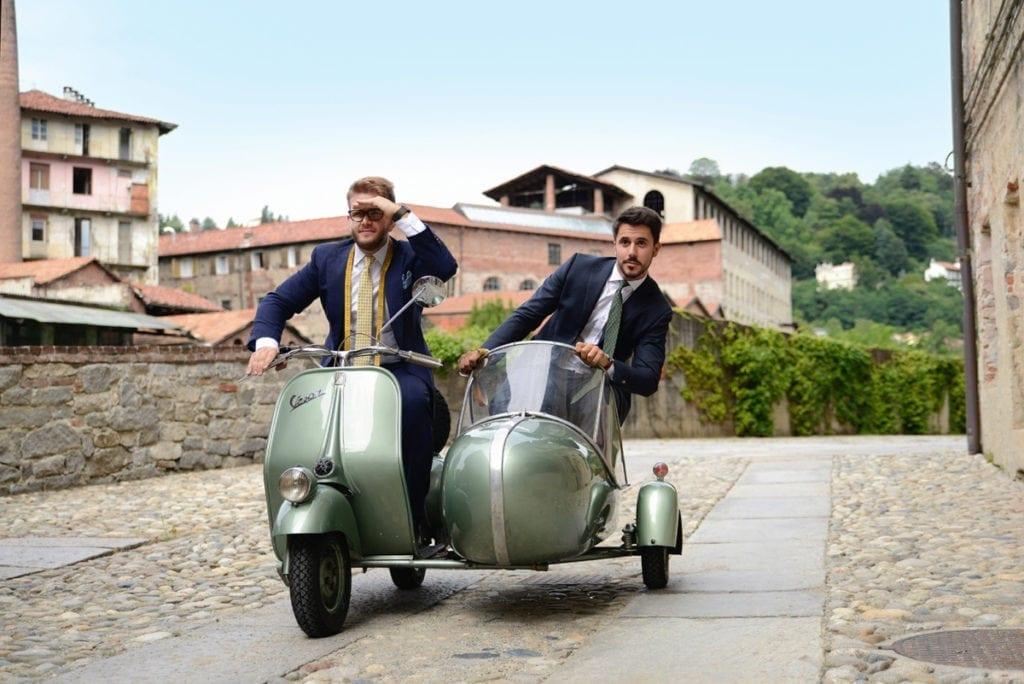 Simone Maggi et Riccardo Schiavotto, les deux fondateurs de Lanieri, à Biella, le berceau de la marque depuis sa création en 2012. C'est aussi celui  des plus importantes filatures italiennes (Reda, Vitale Barberis Canonico, Loro Piana, Zegna) qui alimentent la marque de leurs précieuses étoffes.
