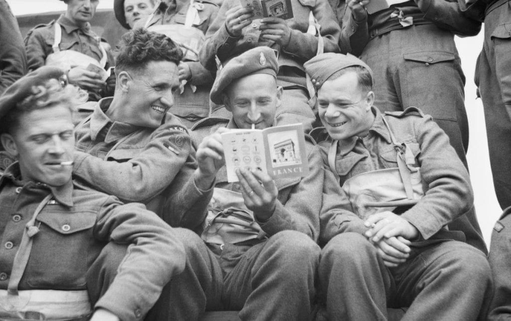 Dernières minutes de repos pour ces soldats avant le débarquement de Normandie,  le 6 juin 1944. Chacun a reçu une montre de type W.W.W.