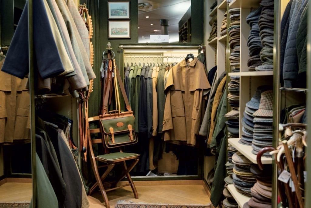 Chez Mettez, il y a des trésors que l'on ne trouve nulle part ailleurs comme cette veste de chasse Saint-Hubert avec pèlerine ou (à droite) ces vestes autrichiennes à col officier encore fabriquées dans le Tyrol.