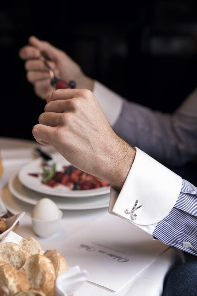 Alors que la cravate est délaissée, le bouton de manchette reprend du service, signe d'un certain statut. Photo bouton de manchette en or serti de diamants blancs et noirs, Oh My Got Cufflinks.