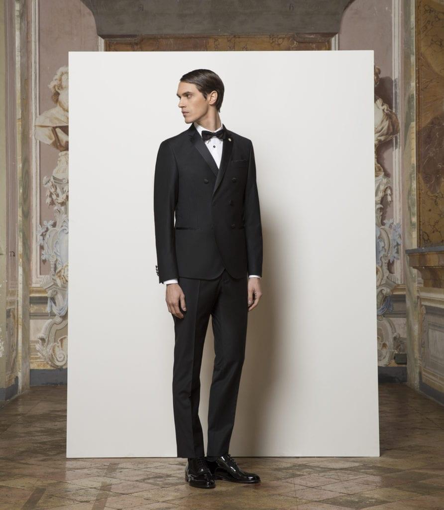 La maison italienne Manuel Ritz opte pour un smoking croisé en laine et soie, col en satin (520 €). Une coupe ajustée et revisitée du black tie, pour une allure plus moderne.