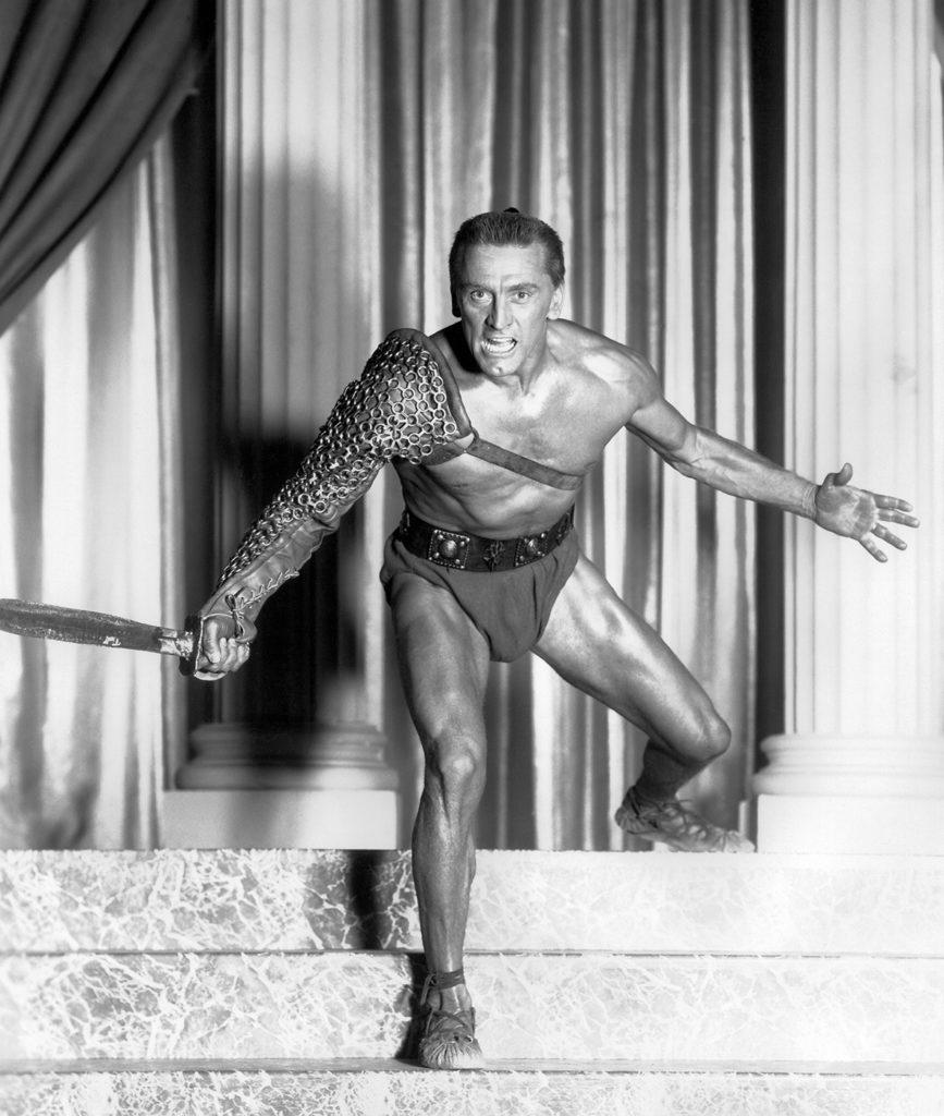 Spartacus, ici incarné par Kirk Douglas dans le film de Stanley Kubrick (1960), défia la Rome antique pendant des années avec ces simples lanières de cuir aux pieds. (Photo © Pictorial Press Ltd / Alamy Banque D'Images)