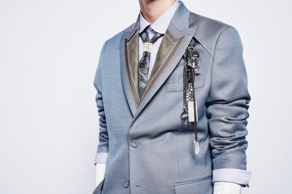 Dans sa collection hiver pour Dior Homme, Kim Jones s'inspire de l'héritage féminin de la maison de couture et n'hésite pas à parer la silhouette de bijoux en hommage à à la styliste de mode britannique Judy Blame. (Photo Dior)