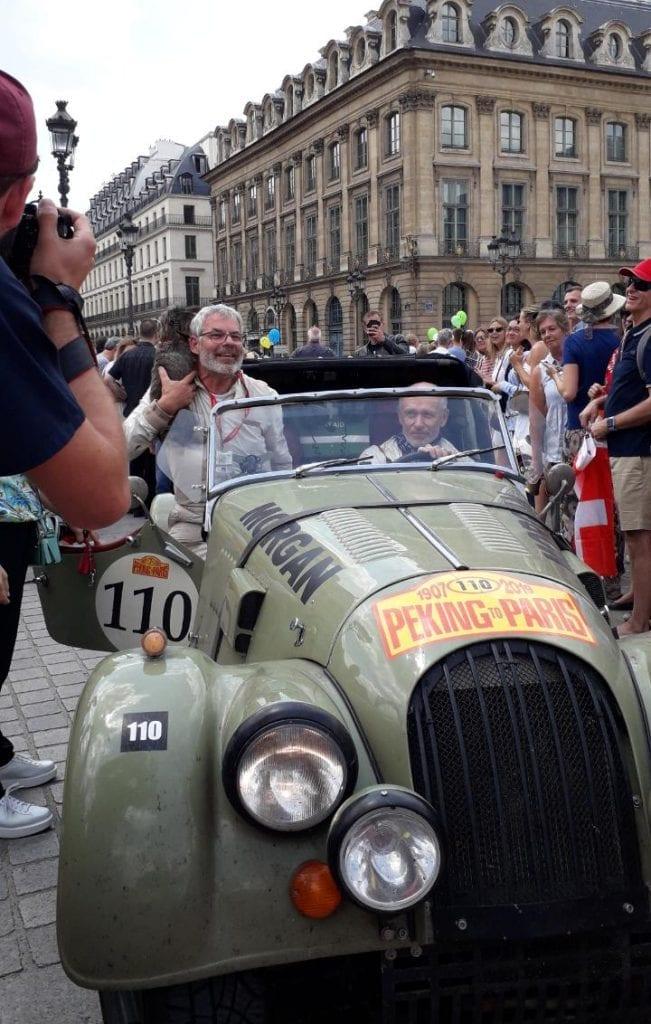 """Arrivée de nos deux coureurs, au volant de la Morgan Tourer """"Monsieur"""". Photographie Pierre-Simon Elizabe ©"""