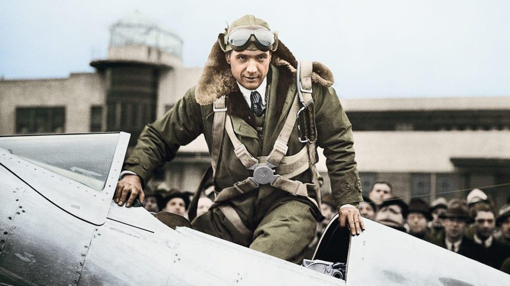 Si Howard Hughes est aujourd'hui plus célèbre pour son excentricité que ses qualités de pilote, il a établi en 1938 le record du tour du monde en avion en 3jours, 19heures et 14minutes. Un vol record chronométré par Longines.