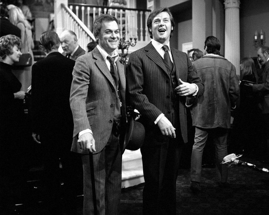 Les héros d'Amicalement Vôtre, l'un homme d'affaires américain, l'autre aristo anglais, auraient difficilement pu échanger leur style.