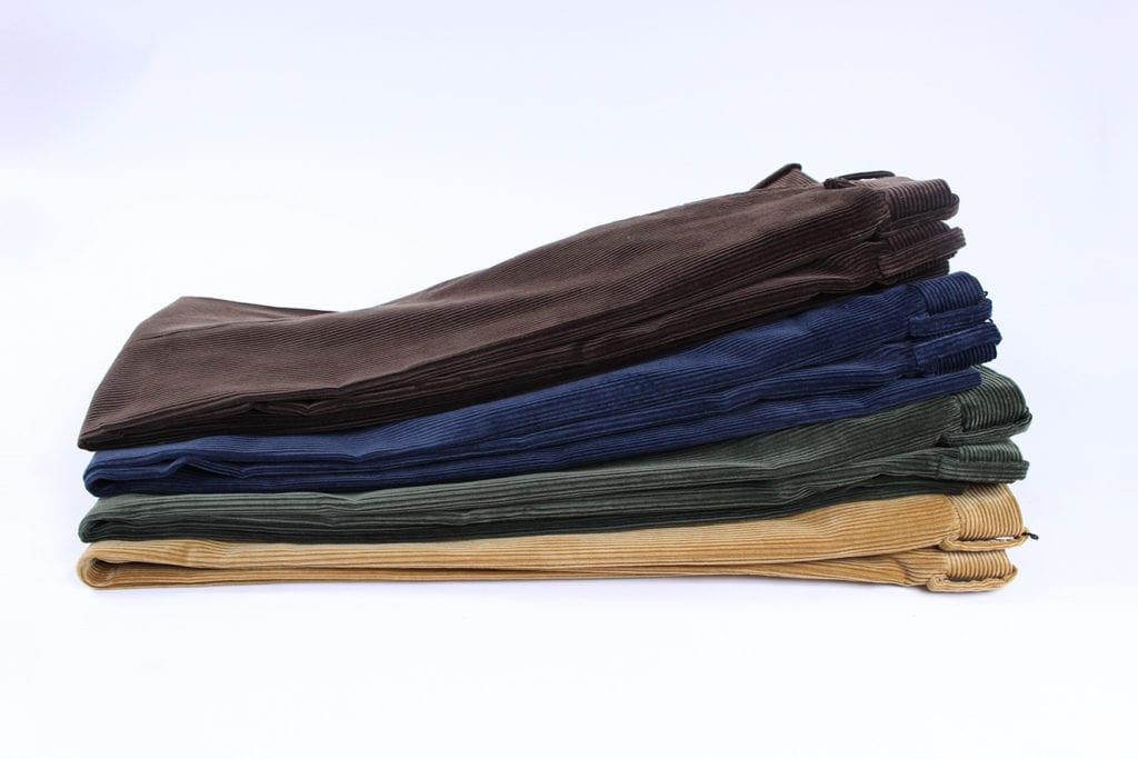 Un velours côtelé doux et léger à l'aspect peau de pêche poudré et au toucher onctueux. Disponible dans 7coloris dont chocolat, bleu de minuit, vert forêt et tabac. À partir de 590 €. (photo Zins)