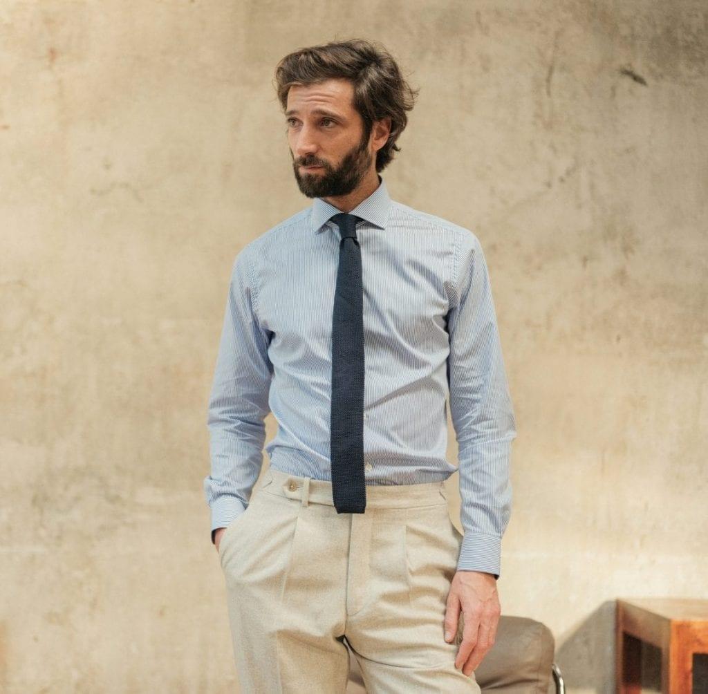 Chemise Voyage extra-ajustée à rayures, collection Premium. Cravate en maille de soie.