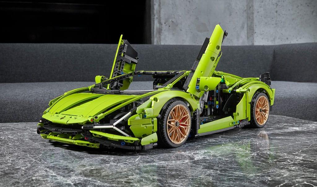 Plus vrai que nature ! Lamborghini à l'échelle 1:8 (60 cm de long). Le souci du détail va se nicher jusque dans le moteur et le mécanisme de la boîte à 8 vitesses. Lamborghini Sian FKP 37, 3696 pièces, 14 heures de pure construction.  À partir de 18 ans. 379, 99 €, Lego.