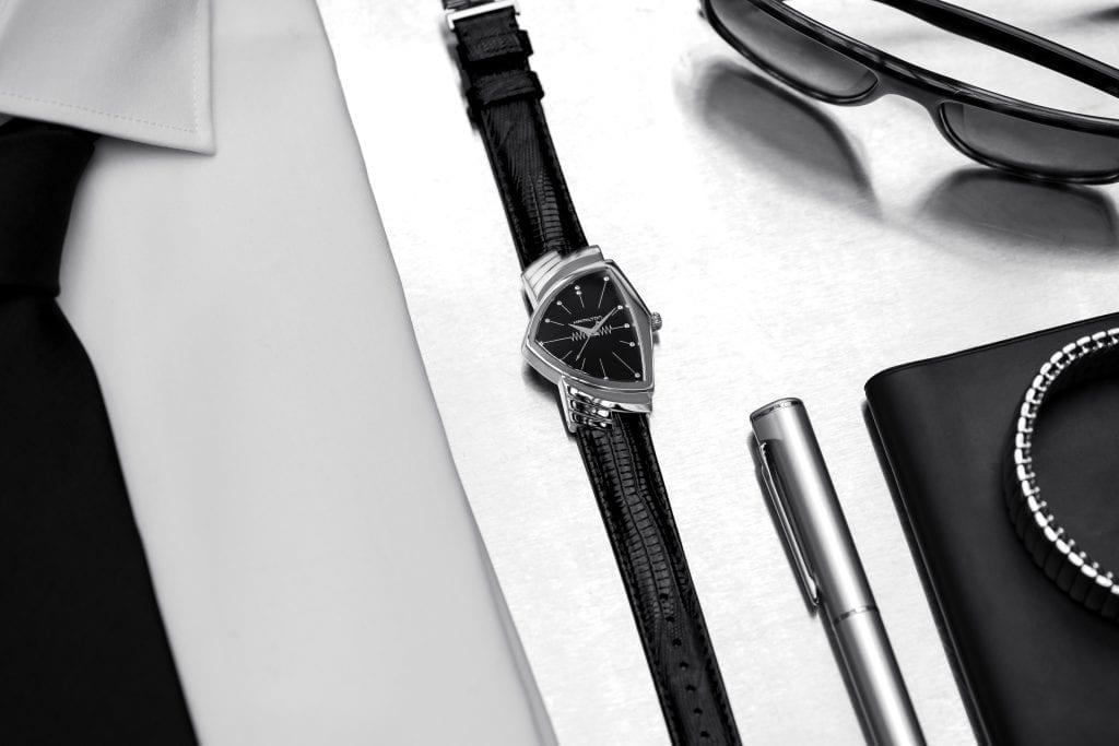La Ventura Classique des Men In Black est une réédition du modèle de 1957. Cette version (bracelet noir et cadran acier) est entrée en collection en 1988.